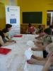 Uczestnicy spotkania w świetlicy opiekuńczo - wychowawczej w Jadownikach Rycerskich wypełniają ankiety pod czujnym okiem pracowników MOPS - Żnin
