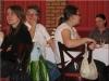 Uroczysta konferencja - kilka uczestniczek siedzi przy stołach