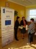 Wręczanie dyplomu uczestniczce spotkania przez Panią dyrektor MOPS Żnin