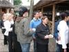 Uczestnicy spotkania integracyjnego stoją w kolejce po jedzenie