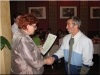 Pani Dyrektor MOPS - Żnin wręcza jednemu z uczestników Projektu systemowego POKL 2009 dyplom