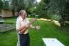 Starszy mężczyzna przygotowuje wiatrówkę do oddania strzału