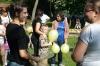 Uczestniczki spotkania z dziećmi podczas luźnej rozmowy stojący na trawie