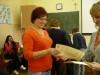 Wręczenie certyfikatów, jedna z uczestniczek kursu otrzymuje Certyfikat