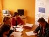 Uczestnik projektu Aktywni, zintegrowani, silniejsi podczas rozmowy rekrutacyjnej z pracownikami MOPS-Żnin wypełnia formularz rekrutacyjny